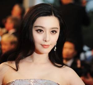 Plus discrète mais tout aussi glamour, Fan Binbing lâche ses cheveux, coiffés en un chignon lisse, et opte pour un délicat oeil de biche.