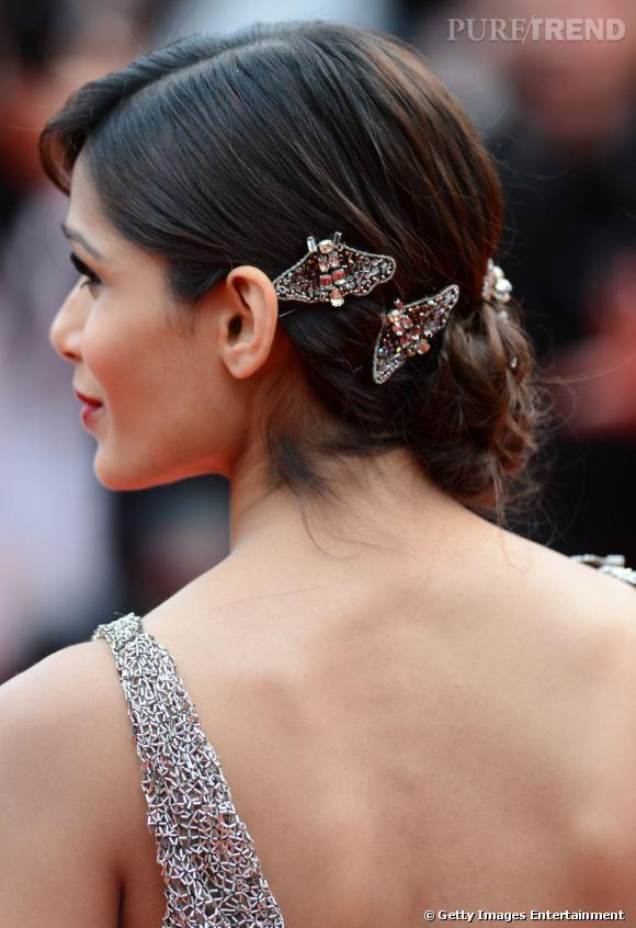 Le détail qui change tout : les barrettes papillons à strass qui habillent le chignon bas de Freida Pinto, pour une touche d'élégance en plus.