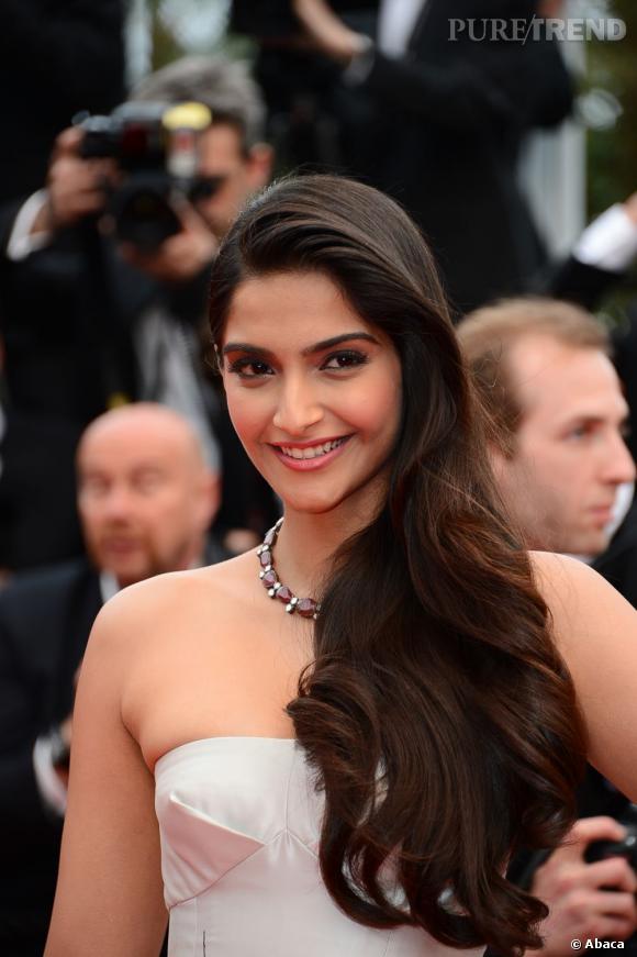 Sonam Kapoor a brillé à Cannes avec un look digne d'une princesse des temps modernes. Sa chevelure portée à l'épaule, elle affiche de jolies joues roses.