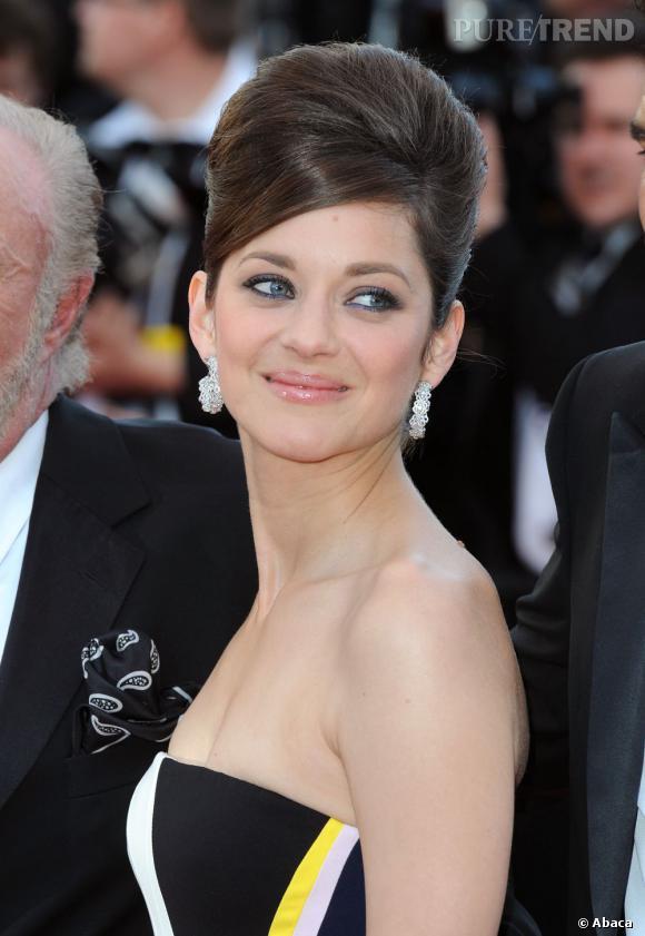 Pour habiller sa tenue, Marion Cotillard optepour des bijoux Chopard qui lui permettent de briller sous les flashs.