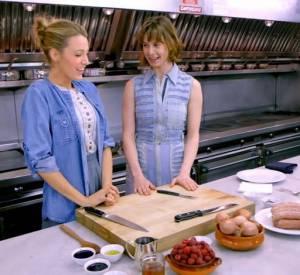 Invitée par Elettra Wiedemann pour une vidéo Vogue, Blake Lively décide de réaliser une sorte de friand au brie, saucisses et fruits...