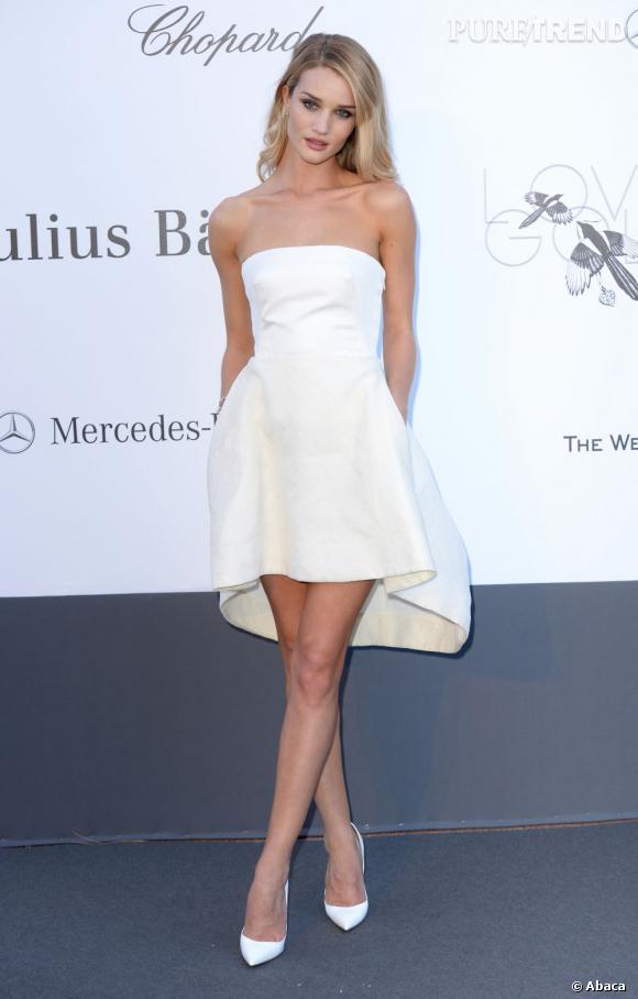 Rosie Huntington-Whiteley superbe dans sa robe bustier asymétrique.