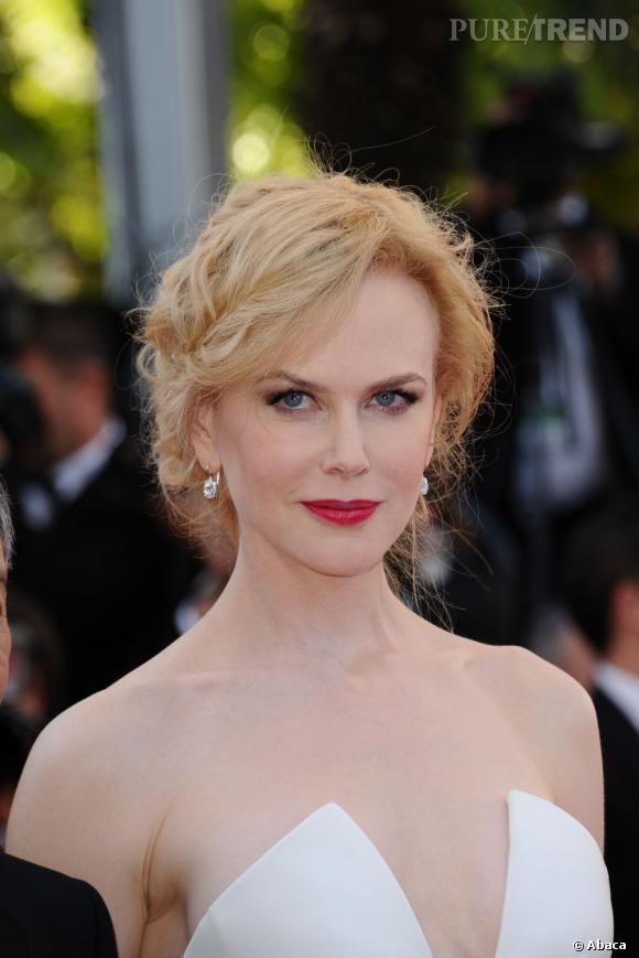 Nicole Kidman complète sa tenue de bijoux Harry Winston qui illuminent son apparition.