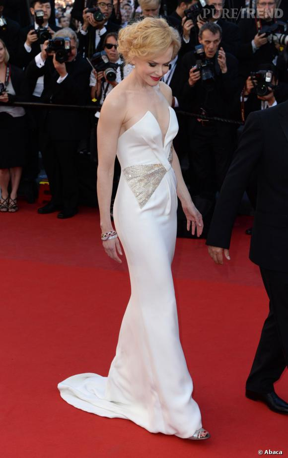 Nicole Kidman éblouit dans une robe Giorgio Armani sur mesure incrustée de strass Swarovski.