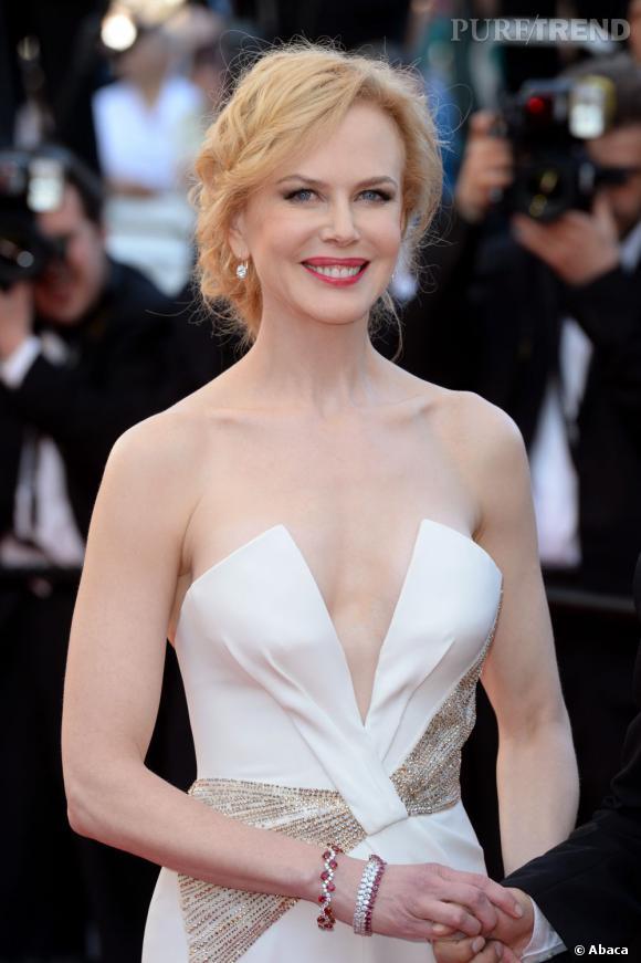 Nicole Kidman peaufine son apparition avec un beauty look raffiné et un rouge à lèvres coordonné à ses bracelets.