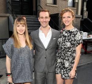 Brooklyn Decker prend la pose avec une robe Isabel Marant et des sandales Givenchy.