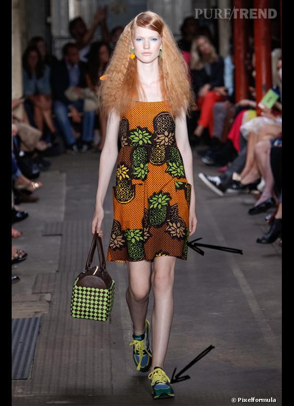Comment porter la tendance sporty chic ce Printemps-Eté 2013 ?      Comme chez Moschino Cheap & Chic en portant des baskets avec une petite robe girly.     Défilé SS2013