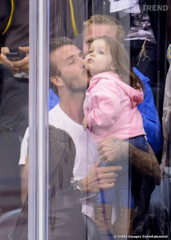 David Beckham et sa fille Harper : un joli moment père-fille lors d'un match de hockey à Los Angeles.