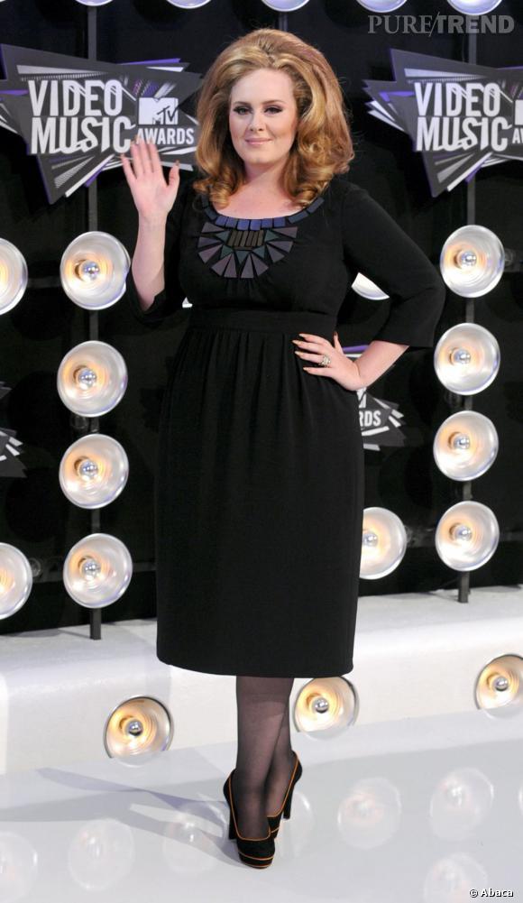 Adele lors des MTV Video Music Awards, toujours en noir.