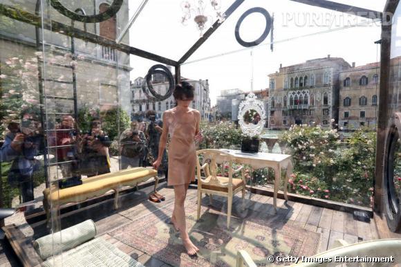 Milla Jovovich enfermée dans une boîte/maison en plexi pour l'Art.
