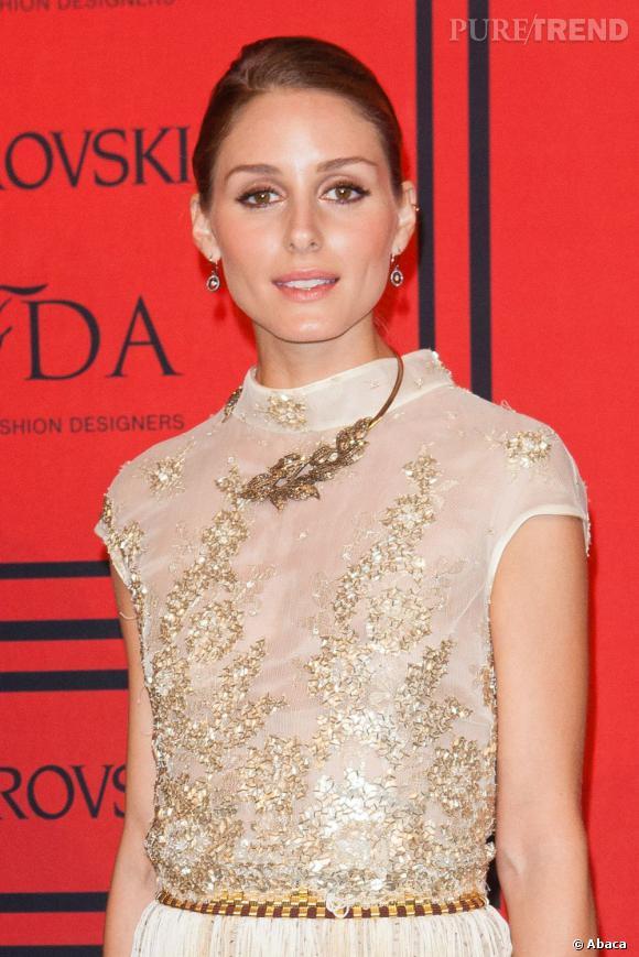 Olivia Palermo porte une robe Dennis Basso dorée et rétro.