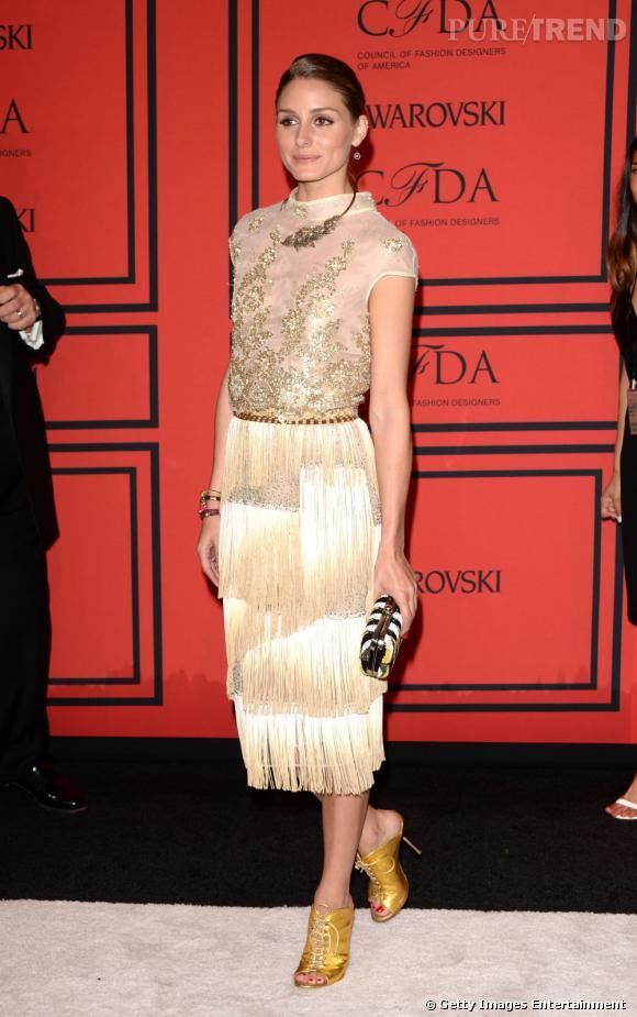 Olivia Palermo porte une robe droite qui flatte sa silhouette, c'est un sans-faute !