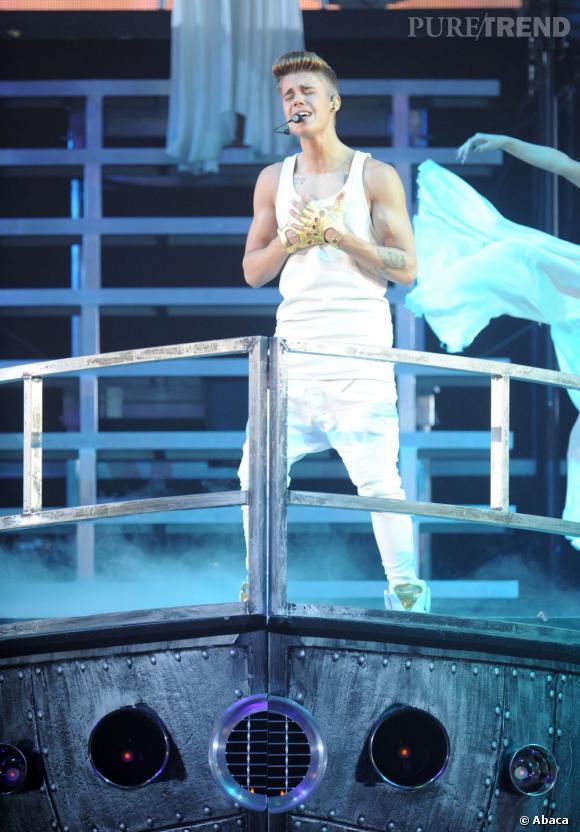 Justin Bieber se rapproche de plus en plus de Miley Cyrus. Après la sortie furtive de la chanteuse du studio de Bieber, c'est lui qui lui rend visite chez elle...