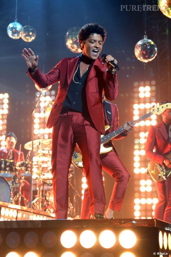 "Bruno Mars adopte un style disco pour son nouveau clip ""Treasure""."
