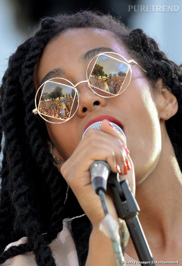 Solange Knowles mixe les tendances avec ses lunettes rondes, losange et miroir.