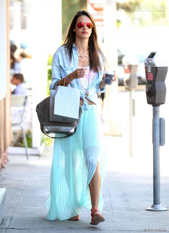 Alessandra Ambrosio dans les rues de Brentwood en Californie.