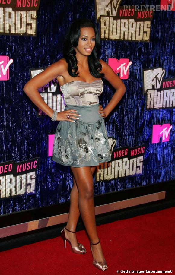 En 2007 :  Solange Knowles apparait trop bronzée et trop moulée aux MTV Video Music Awards.