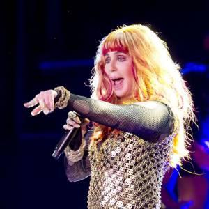 Cher, crinière criarde et cuirasse de sequins pour la Gay pride...