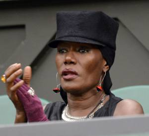Grace Jones assiste à un match pendant Wimbledon 2013.
