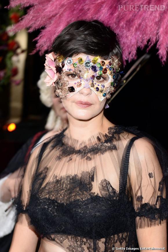 Audrey Tautou beauté masquée en robe de dentelle.