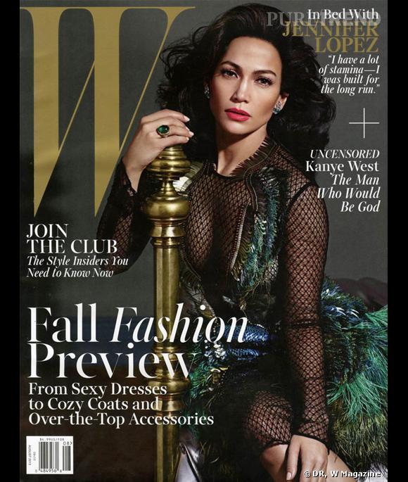 Jennifer Lopez pose en couverture du numéro d'août de W Magazine, dans une robe Gucci...