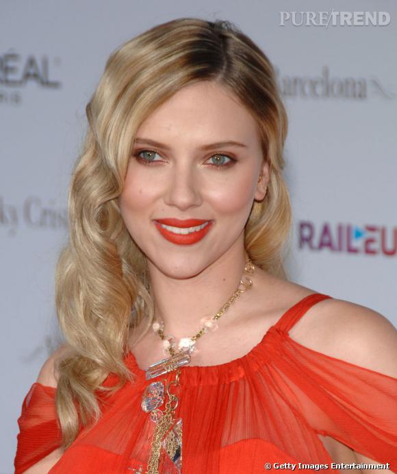 Scarlett Johansson et son total beauty look orange.