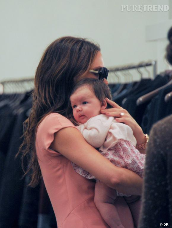 Harper Beckham, seulement quelques semaines et déjà girly avec une robe rose !