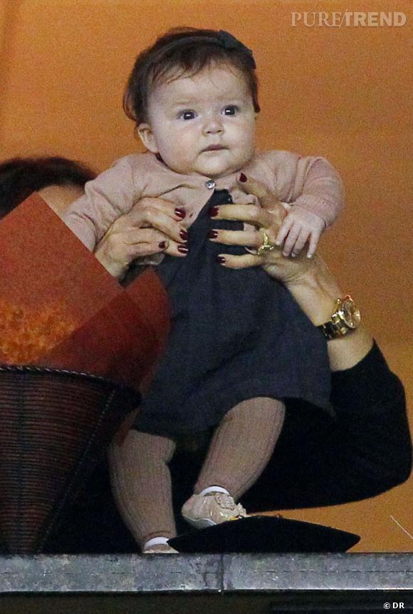 Harper Beckham, déjà supportrice de foot dès son plus jeune âge et tenue de poupée.