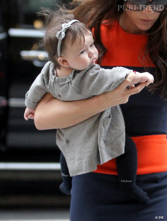 Harper Beckham arbore un headband assorti à sa robe, quelle classe !