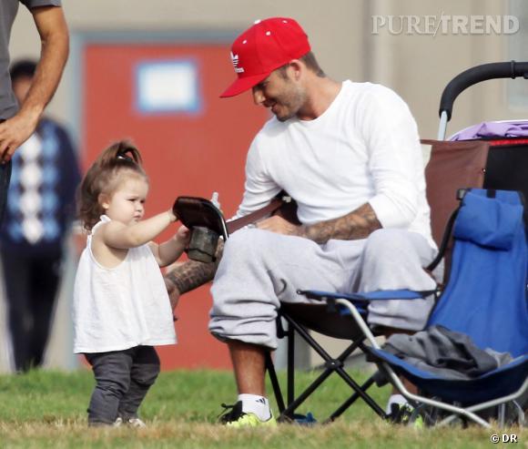 Harper Beckham arbore un palmier, une jolie blouse et un jean, pour mettre sa silhouette en valeur.