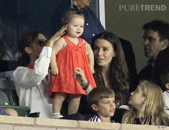 Harper Beckham déjà fasciné par le foot et tout en style.