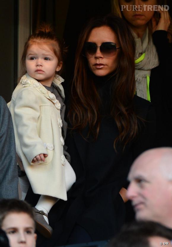 Harper Beckham, la petite fille sage avec son manteau à roses en relief impeccable et ses collants blancs.
