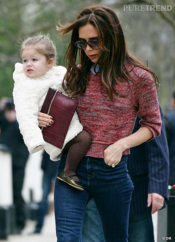 Harper Beckham, manteau blanc chic et chaussures noires vernis, très preppy.