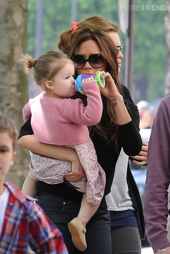 Harper Beckham arbore robe liberty et gilet rose comme personne !