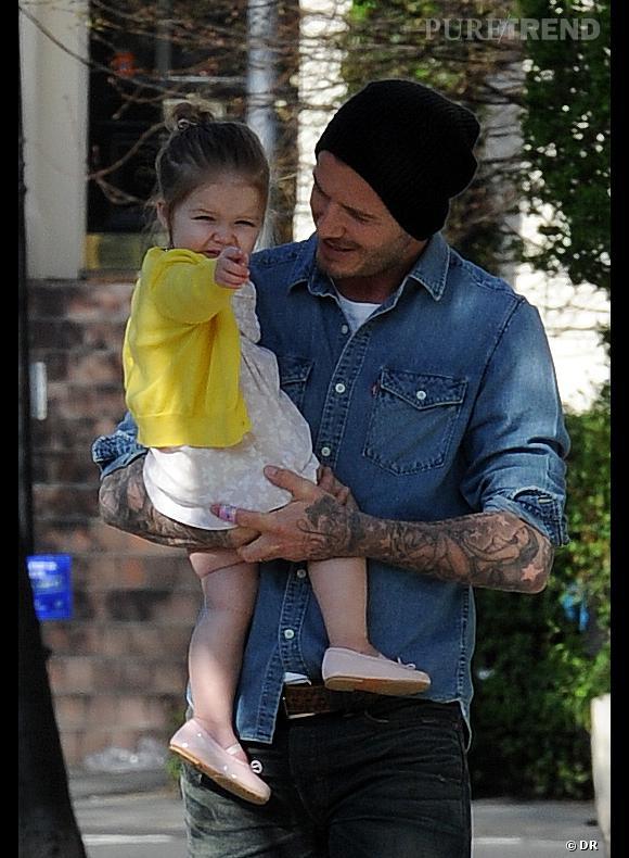 Harper Beckham, petite note de jaune flashy pour une tenue réussie !