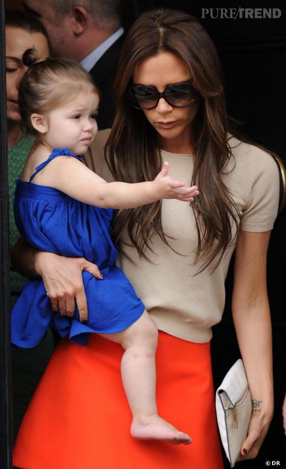 Harper Beckham en mode color block et match parfait avec la tenue de maman Beckham !