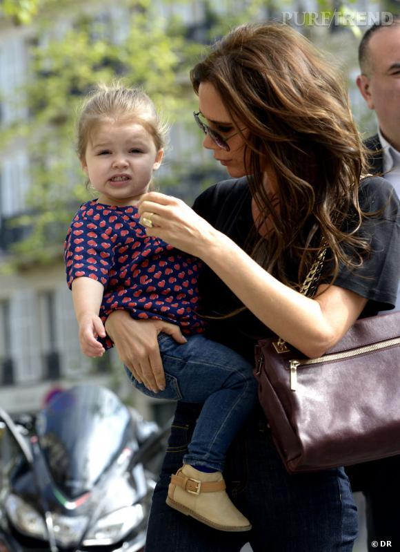 Harper Beckham porte parfaitement l'ensemble blouse et jean.