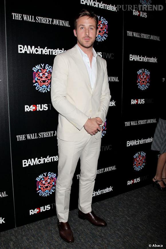 Ryan Gosling nous charme toujours autant ! Il mise ce soir-là sur un costume crème.