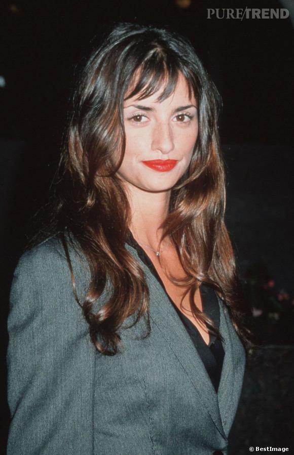 Première tentative de frange pour la belle Penelope, nous sommes en 2001. Elle ose la bouche rouge pour féminiser sa veste boyish.