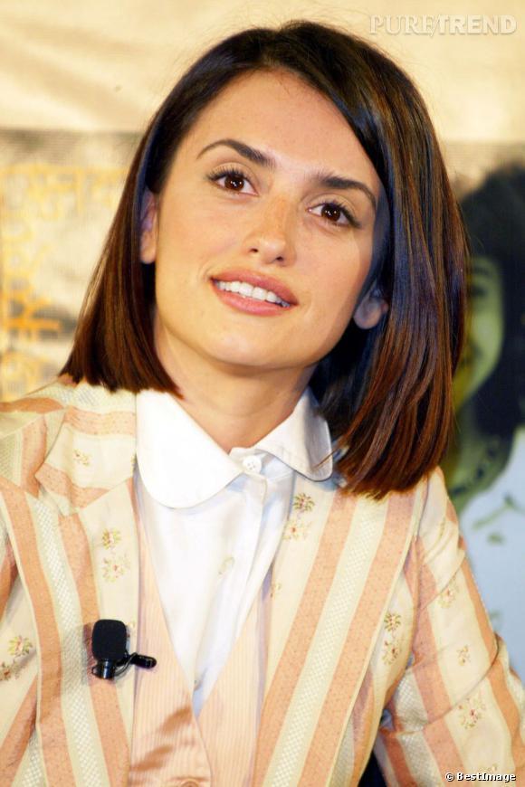 La même année, l'actrice coupe ses cheveux au carré pour un style plus mature.