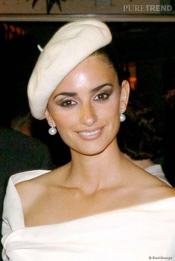 Penelope Cruz adopte les accessoires pour un beauty look féminin : un petit béret crème. Le make up des yeux est très sophistiqué. En revanche, dommage pour la brillance du front !