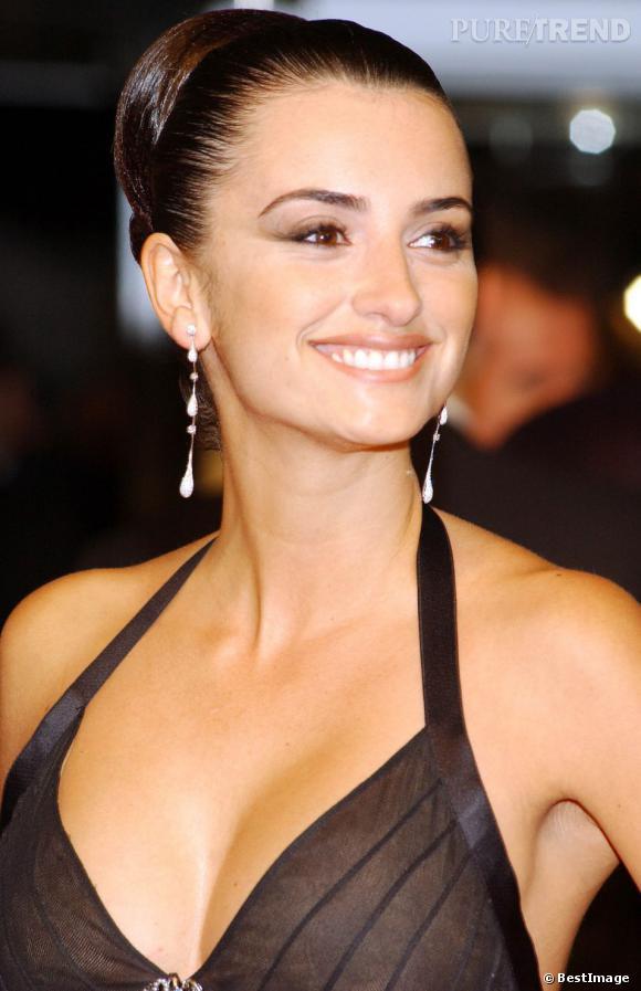 Penelope Cruz est resplendissante avec son chignon strict, en 2005. La belle Penelope a une ligne de sourcil absolument parfaite.