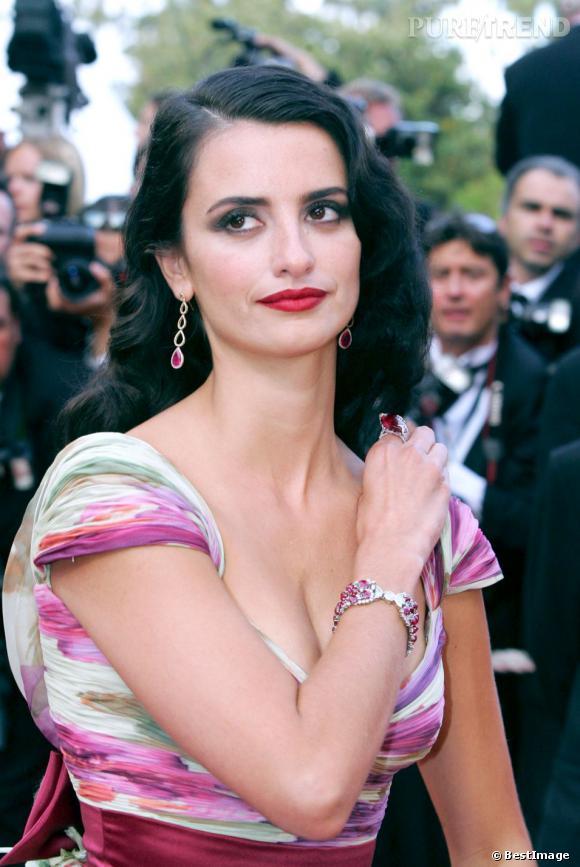 En 2005 toujours, Penelope Cruz se rend sur les marches du Festival de Cannes et adopte pour l'occasion une mise en beauté rétro, cheveux crantés et bouche de velours.