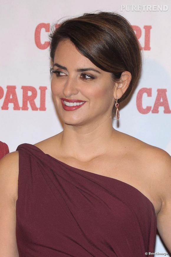 La tendance est à la bouche foncée en 2012. Penelope se lance et arbore une bouche prune, accordée à sa robe.