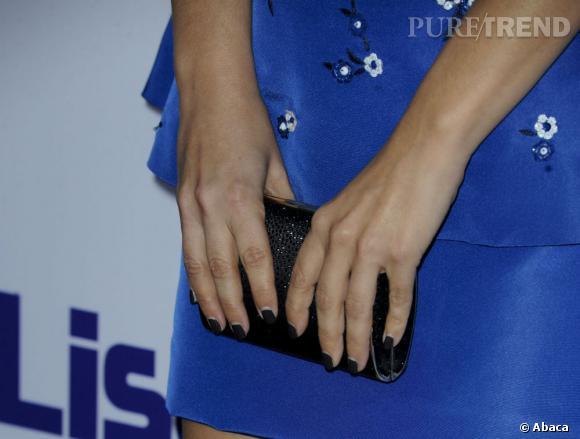 Rachel Bilson associe à sa robe bleu une jolie minaudière noire.