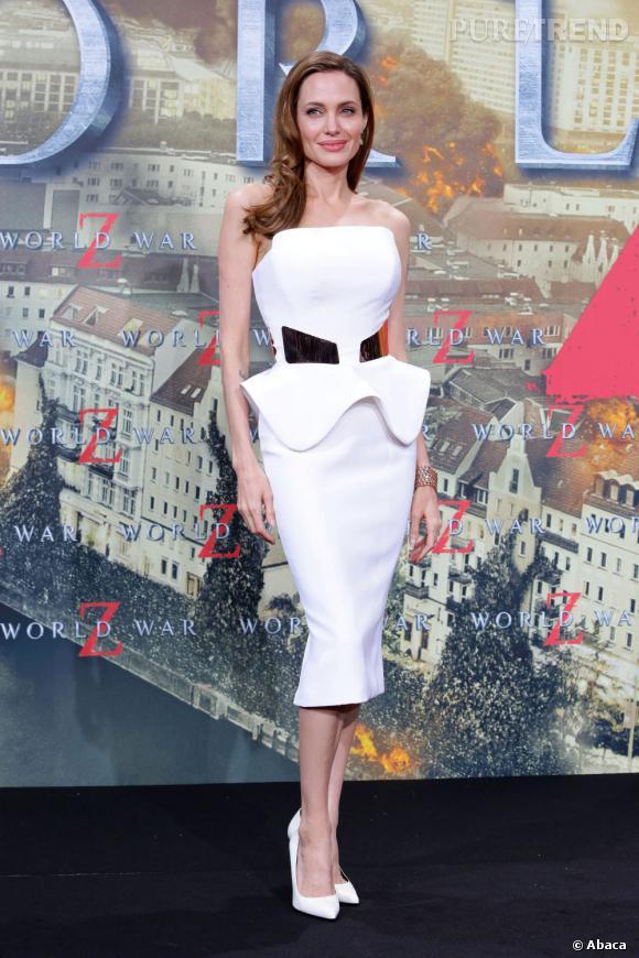 Ces stars qui fuient le soleil Angelina Jolie nous a habitués a sa peau diaphane, qu'elle n'expose que rarement.