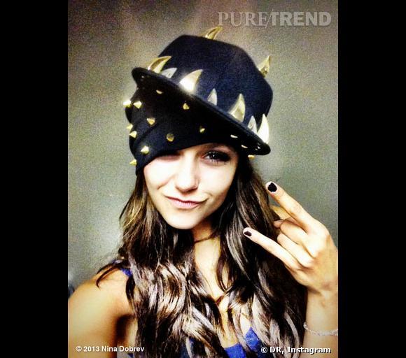 Nina Dobrev emprunte la casquette de Kat Graham et se la joue star du rock.