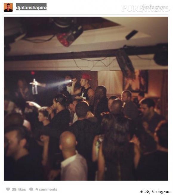 Justin Bieber dans un club séletionne des jeunes femmes.