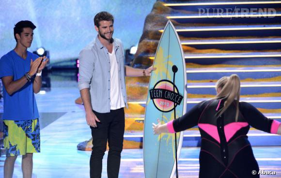 Liam Hemsworth joue les présentateurs aux Teen Choice Awards 2013.