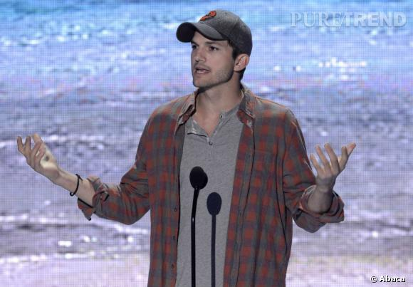 Ashton Kutcher à la cool pour recevoir son prix de l'Ultimate Choice aux Teen Choice Awards 2013.